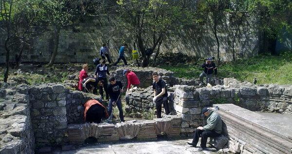 Почистването обхвана и римската баня в Добрич