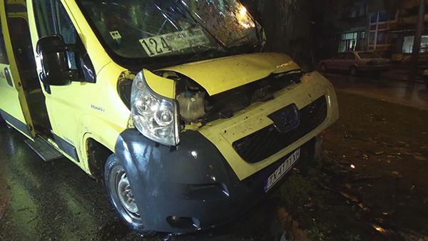 "Четирима души пострадаха при катастрофа на микробус по бул. ""3-ти март"""