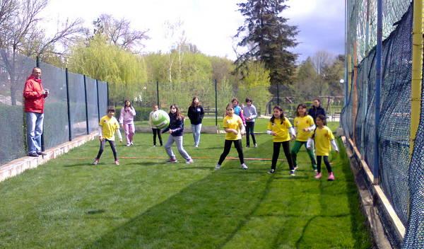 Деца със специални потребности и редови ученици играха в един отбор