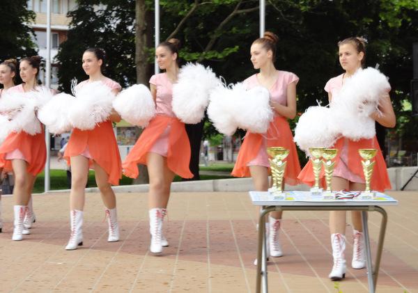 Мажоретки танцуваха в центъра на Добрич (+снимки)