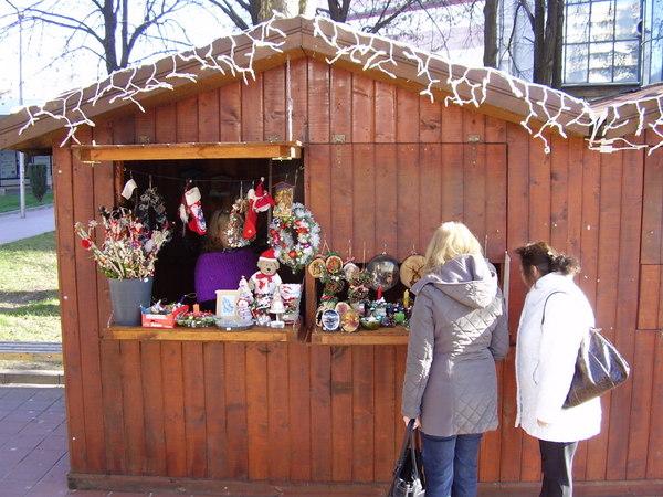 Празничният базар в Добрич поднася разнообразие от ръчно изработени подаръци за семейство и приятели