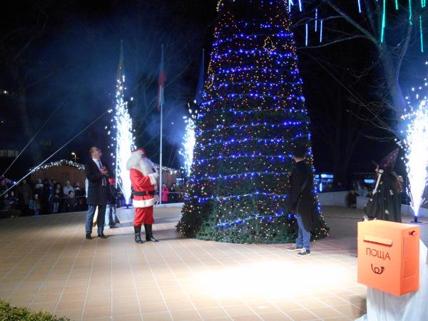 Наситена Коледна програма радва жителите на Добрич