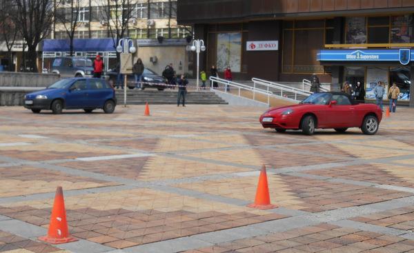 Шофьорски умения демонстрират в центъра на Добрич дамите на празника си