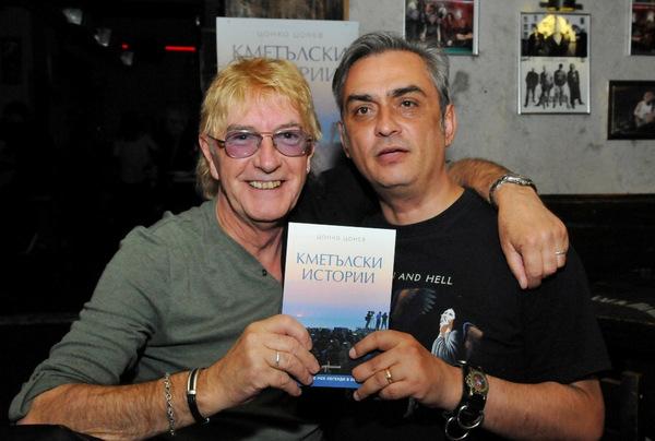Цонко Цонев яхва мотор за представянето на книгата си в Добрич