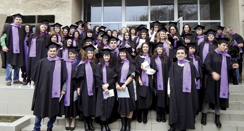 Връчват дипломите на завършилите шуменския университет в Добрич