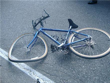 """Шофьор не спря на знак """"Стоп"""" и блъсна пиян велосипедист"""