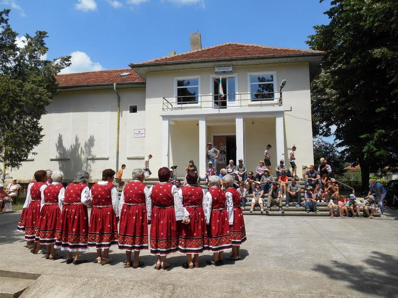 Американски дарители гостуваха на откриването на детската площадка в Рилци