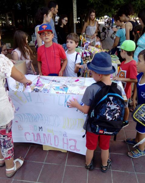 """Децата от """"Патиланско царство"""" се включиха в благотворителен базар в помощ на Симона"""