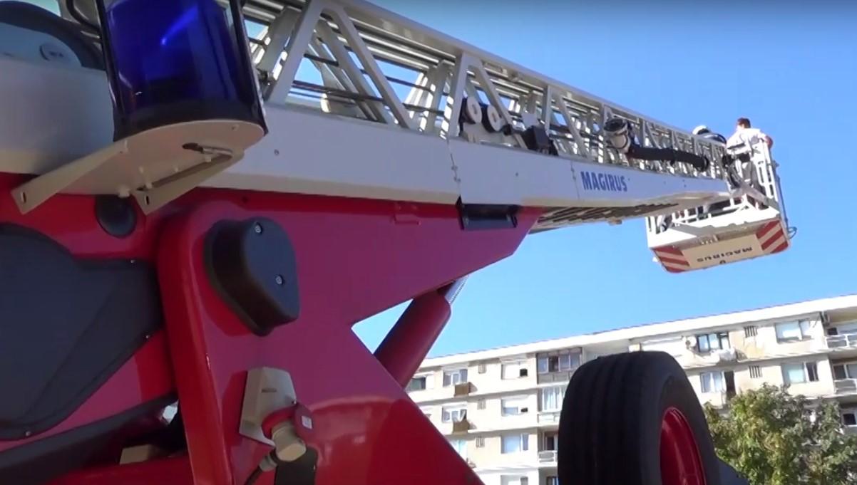 Деца в надпревара да се качат на 30-метрова пожарна стълба в Добрич