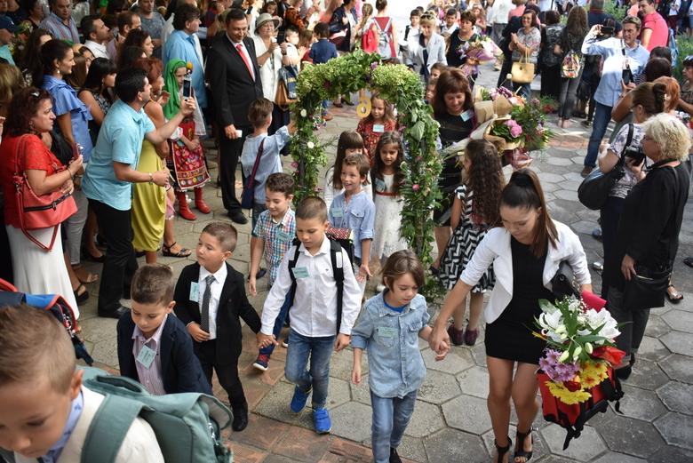 """122-ма първокласници прекрачиха прага на Средно училище """"Петко Рачов Славейков"""""""