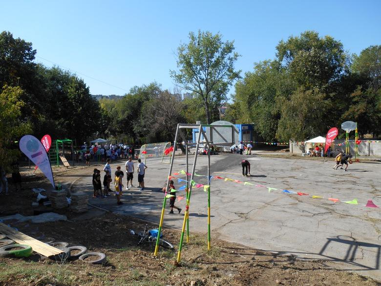 С много желание, творчество и труд младежи реализираха идеите си как запустяла площадка да стане място за спорт и изкуство