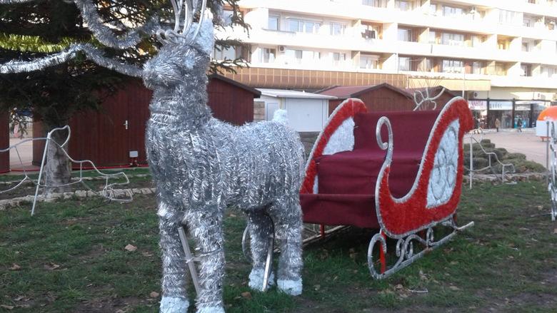 Вандали посегнаха и на Коледната шейна