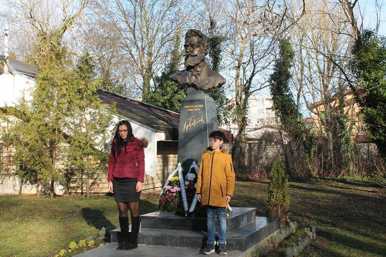 Цветя и венци на паметника на Христо Ботев в Каварна за годишнината от рождението на героя