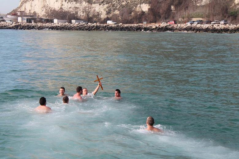 Момчил Белчев извади кръста от морето край Каварна