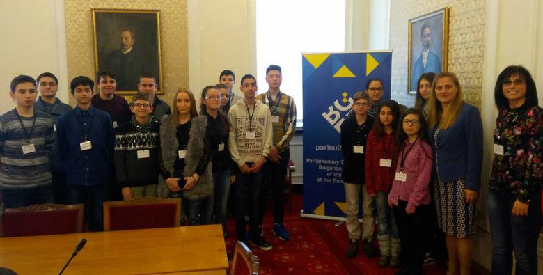 По покана на депутата от ГЕРБ Даниела Димитрова ученици от Добрич гостуваха в Народното събрание