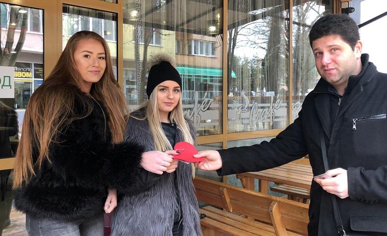 Младежи ГЕРБ поздравиха добричлии за Свети Валентин