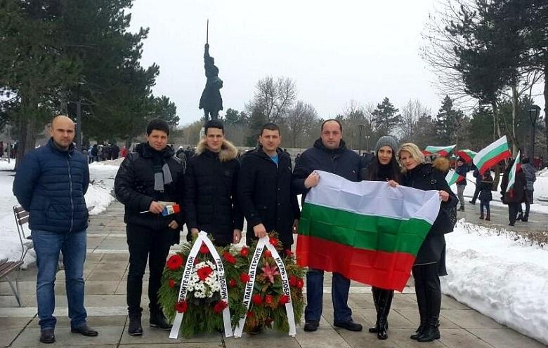 Над 200 знамена раздадоха младежите от ГЕРБ-Добрич