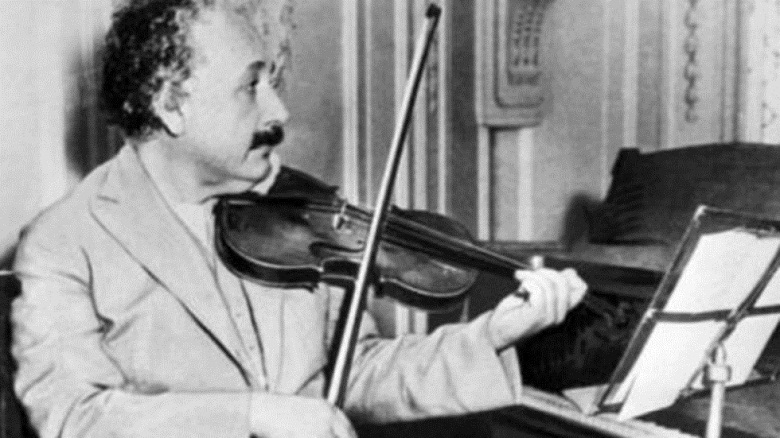 Продадоха на търг цигулката на Алберт Айнщайн за 520 000 долара