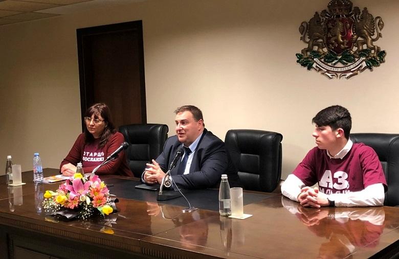 Емил Радев към ученици в Добрич: Вземете най-доброто от университетите в ЕС, но не забравяйте, че България има нужда от вас