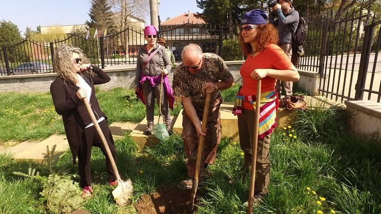 """""""Ротари клуб"""" и приятели засадиха борове и плодни дръвчета в село Житница"""