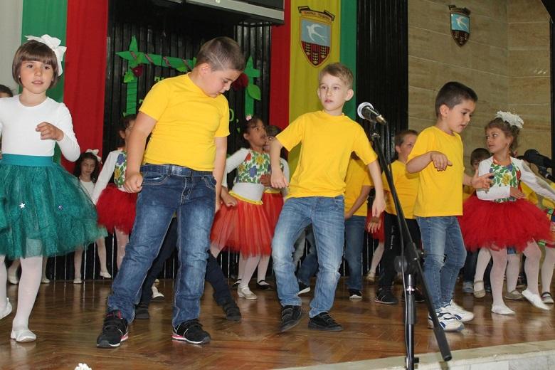 Талант, творчество и красота представиха в концерт деца от Генерал Тошево