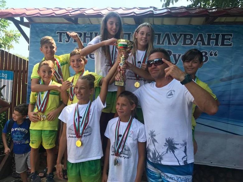 """37 медала спечелиха млади плувци от Добрич на турнира """"Александър Русев"""""""