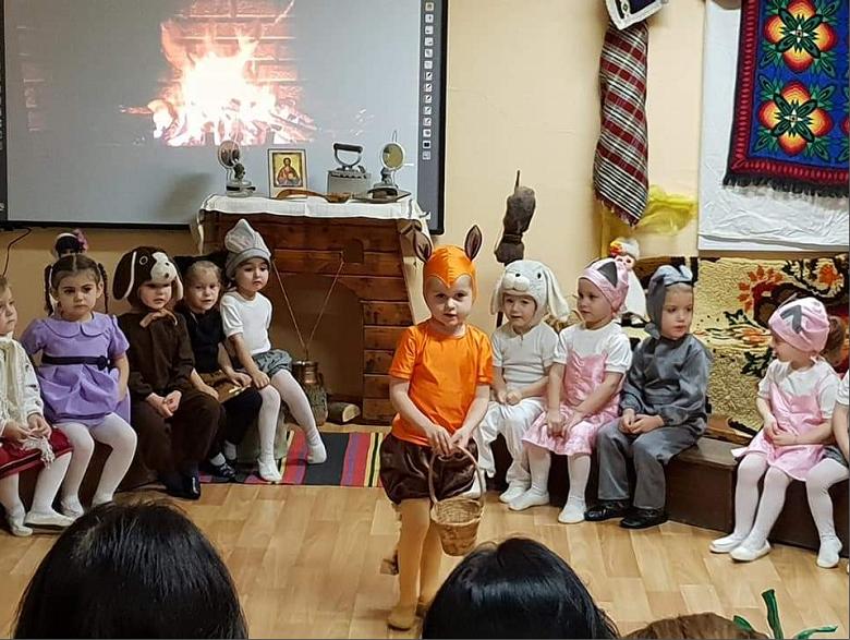 Деца се събраха край огнището с песните и игрите на мама, татко, баба и дядо