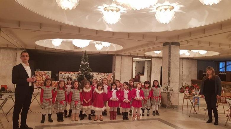 """Изложба """"Коледни вълшебства"""" сътвориха малките палавници от детските градини в Добрич"""