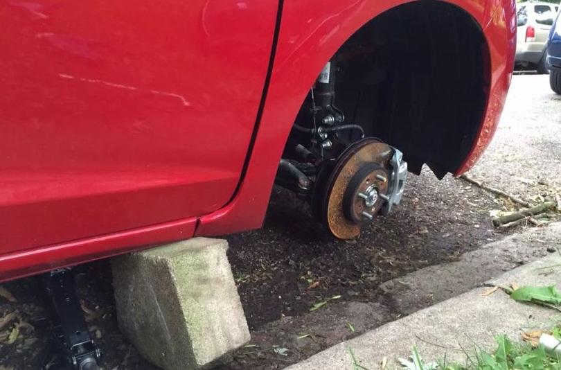 Двама тийнейджъри и 49-годишен мъж задигнаха гуми в с. Лясково