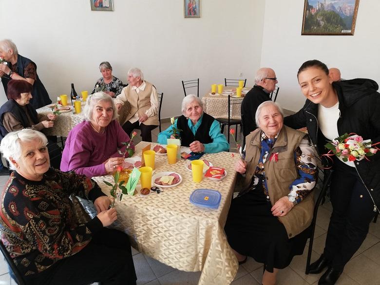 Над 100 рози раздадоха в Дома за стари хора от Младежкото обединение на БСП - Добрич