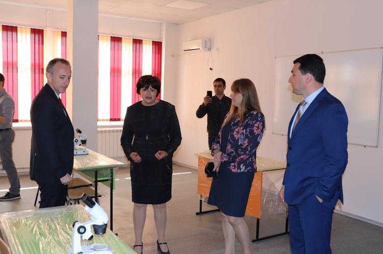 Министър Красимир Вълчев инспектира ремонтните дейности в гимназията в Ген. Тошево