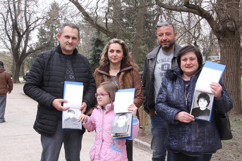 Абитуриенти от Добрич получиха албумите от бала си след 27 години