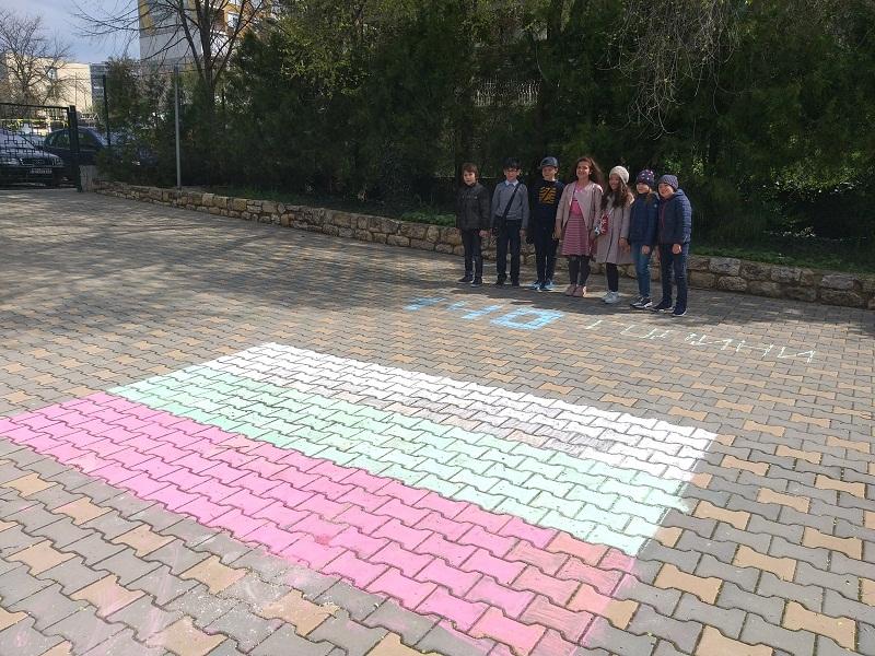 """Учениците от ЧСУ """"Леонардо да Винчи"""" отбелязаха Деня на Българската конституция"""