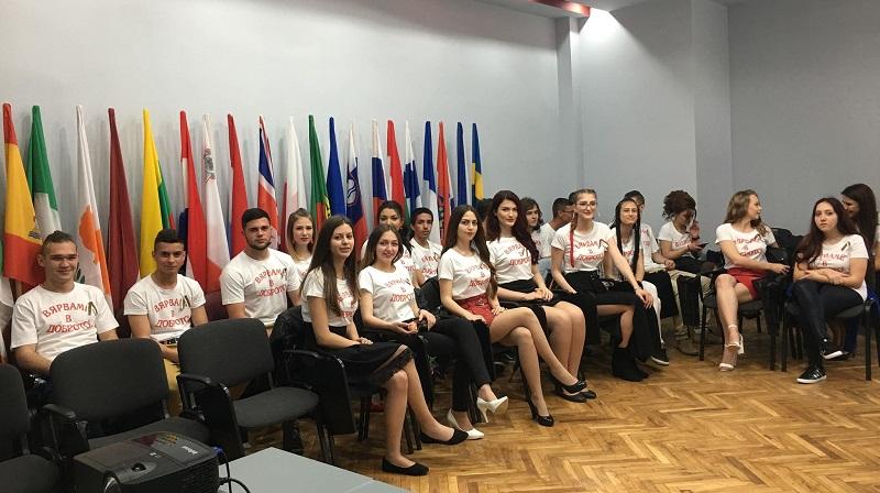 Абитуриенти от Добрич облякоха тениски вместо официални тоалети за благородна кауза