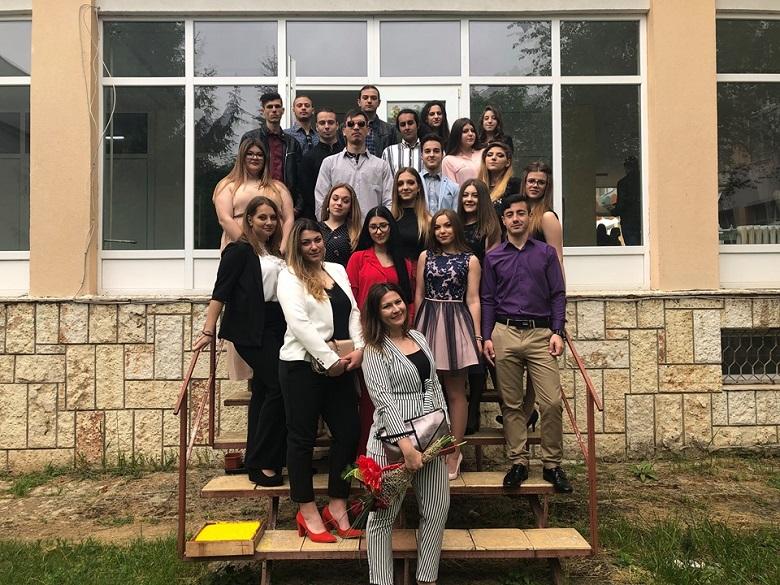 """Устремени към мечтите си, зрелостниците от """"Св. Климент Охридски"""" прекрачиха прага на училището за последен път"""