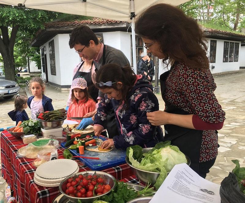 Деца от Добрич направиха здравословни дюнер и пица на Фермерския пазар