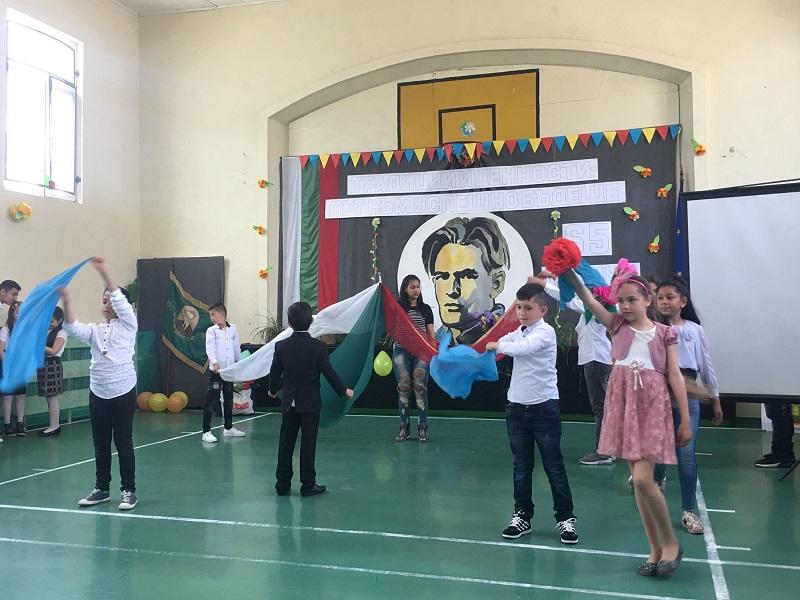 """ОУ """"Н. Й. Вапцаров"""" отбеляза своя празник с песни, танци, стихотворения и драматизация на приказка (+СНИМКИ)"""
