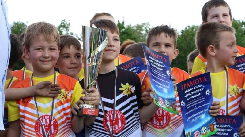 """Футболни дарования от Добрич мериха сили в """"Мини Шампионска лига"""""""