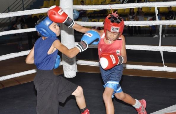 """14-годишните боксьори спорят на ринга в зала """"Добротица"""""""