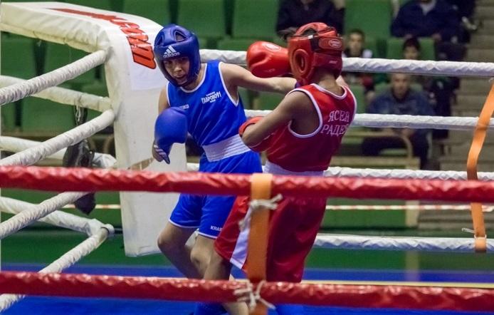Личният шампионат по бокс до 14 години стартира с по една победа за местните таланти