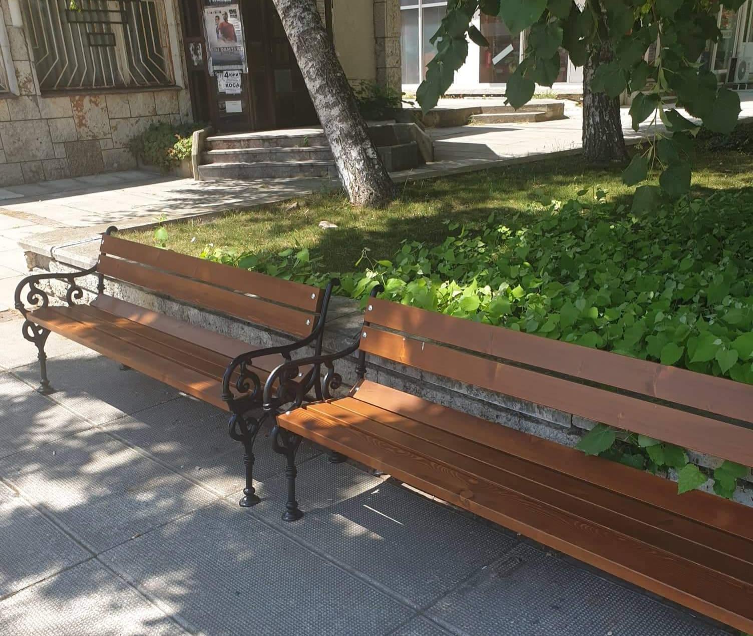 Облагородяват градската среда в Каварна с 40 нови пейки