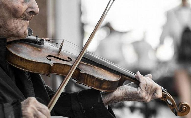 Непълнолетен и 19-годишен криминално проявен откраднаха цигулката на уличен музикант