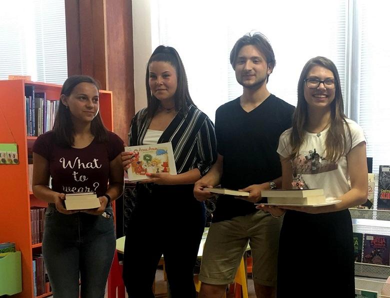 Пример за всеки: Ученици от Добрич дариха книги на библиотеката със събрани средства от благотворителен бал