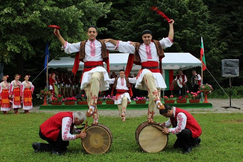 Община Добричка отпуска средства на 15 състава и певчески групи за участие във Фолклорни фестивали в странатa