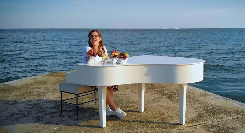 Мартина Петрова от Добрич с уникално видео към любимата си песен (+ВИДЕО)