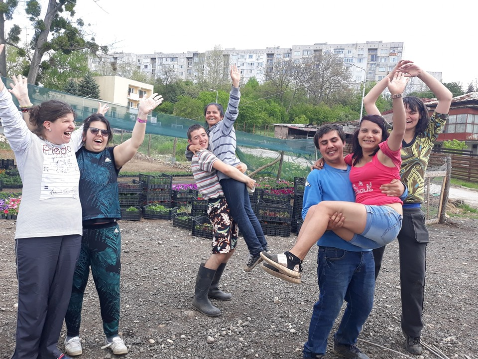 """Американци се трудиха заедно с младежите от """"Чудната градина"""" в Добрич"""