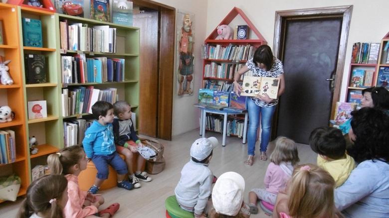 """Деца от ЧДГ """"Монтесори"""" посетиха за първи път библиотеката, където се запознаха с различни книги"""