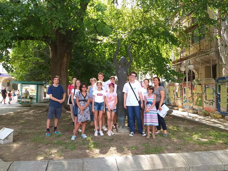 Младежи от Добрич популяризират монументалното изкуство в града сред своите връстници