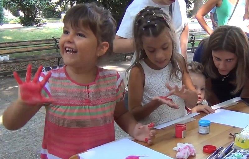 Малки добричлии отправиха цветни послания към децата в неравностойно положение в града