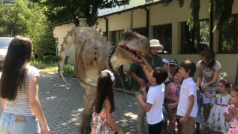 Децата на Добрич ще имат възможност да гушнат, милват и нахранят динозавър